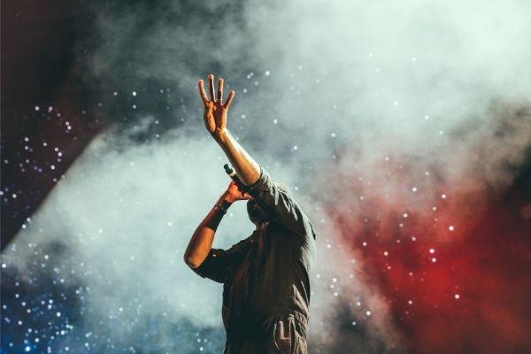 【画像】近藤真彦FNS歌謡祭2015の総立ちヨイショがヤバい…無期限活動自粛でもう見れない!